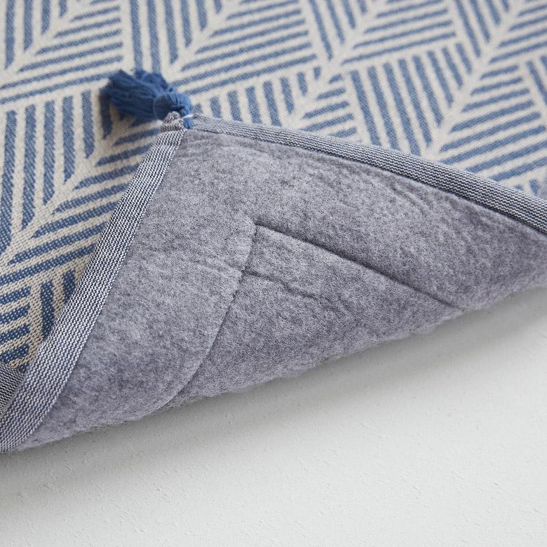 裏面は、フローリングなどでも傷が付きにくい不織布仕様。