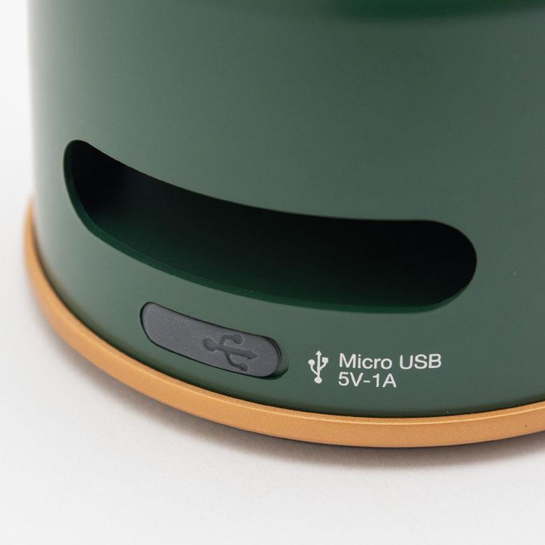 充電口には、付属のMicroUSBコードを。USBポート付きの電源タップはご自身でご用意ください。